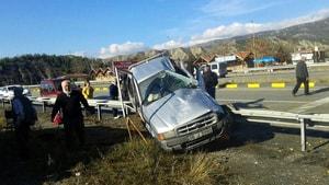 Kastamonu'da kamyonet bariyerlere çarptı: 5 yaralı