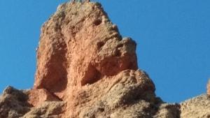 İnsan kafası silueti görünümlü kayalar