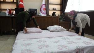 Makam odasına yatak serip turistleri ağırlıyor