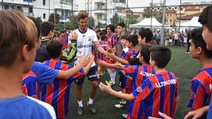 Salih Uçan küçük futbolcularla maç yaptı