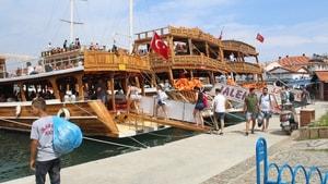 Ayvalık'ta gezi teknelerinde bayram coşkusu