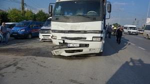 Kamyon ışıklarda duran otomobile çarptı: 3 yaralı