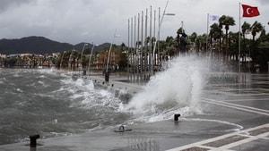 Marmaris'te dün geceden beri şiddetli fırtına etkili oluyor.