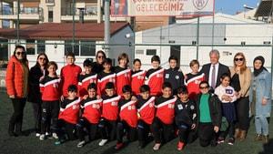 Acar başarılı futbolcu çocukları kutladı