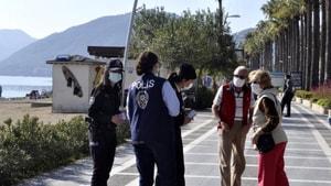 Marmaris'te Polis ve Jandarma kadına yönelik şiddete karşı broşür dağıttı