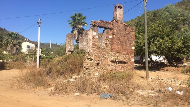 Atıl ev yıkıldı