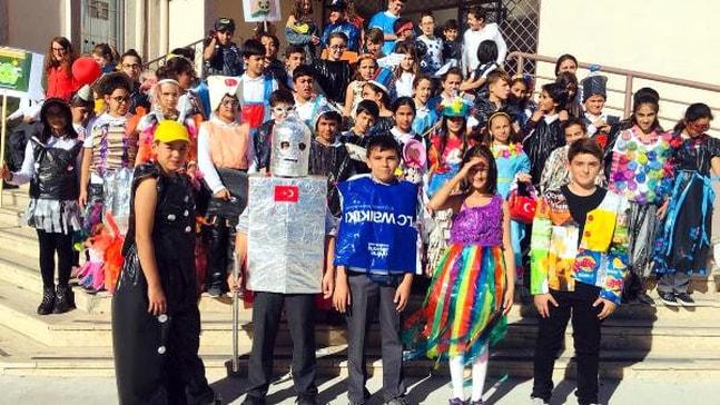 Atık malzemeden kostüm yaptılar