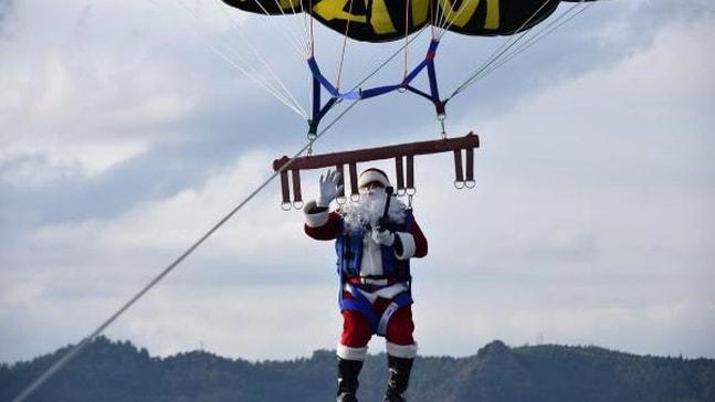 Noel Baba parasailing yaptı