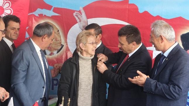 MHP'de yeni üyelere parti rozeti takıldı