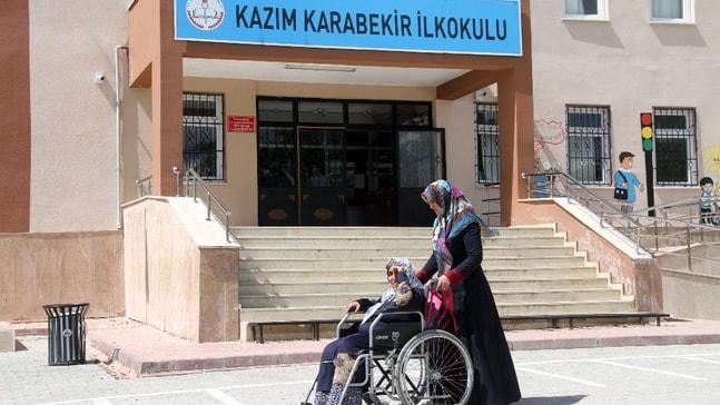 Doğuştan engelli 52 yaşındaki kadının okum yazma azmi