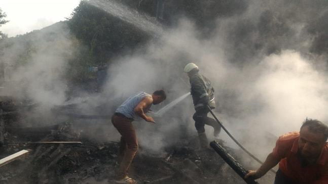 Alaplı'da erzak deposu yandı