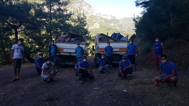 Gönüllü gençler turistik mahallede 4 kamyon çöp topladı