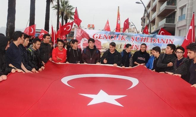 Marmaris'te öğrenciler Mehmetçik için yürüdü